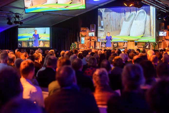 Minister Carola Schouten spreekt de volle zaal toe tijdens het ZLTO-congres op het erf van afzwaaiend voorzitter Hans Huijbers.