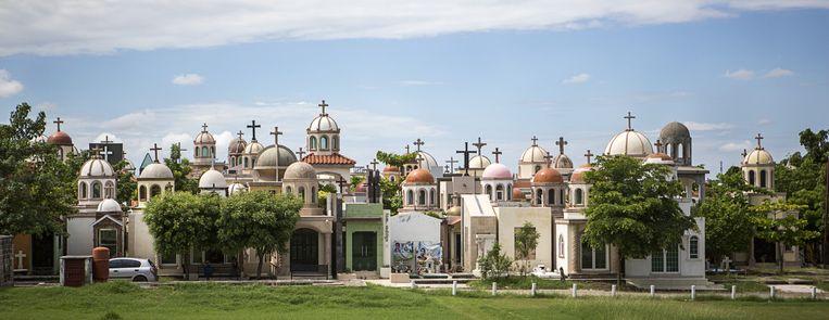 De begraafplaats Jardines del Humaya in Culiacán met de protserige mausoleums van drugsbazen en hun familieleden. Beeld Julius Schrank