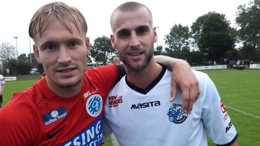 Vriend Mark Diemers van De Graafschap feliciteert match-winner Danny Verbeek met de 1-0-zege van FC Den Bosch.