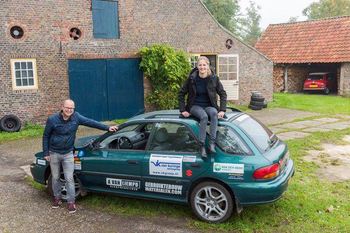 Michiel van den Boomen en zijn dochter Janne bij de Subaru waarmee ze naar de Noordpool gaan.