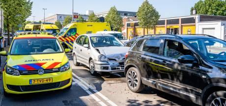Vier auto's botsen op elkaar op Ringbaan-Oost in Tilburg, meerdere inzittenden gewond