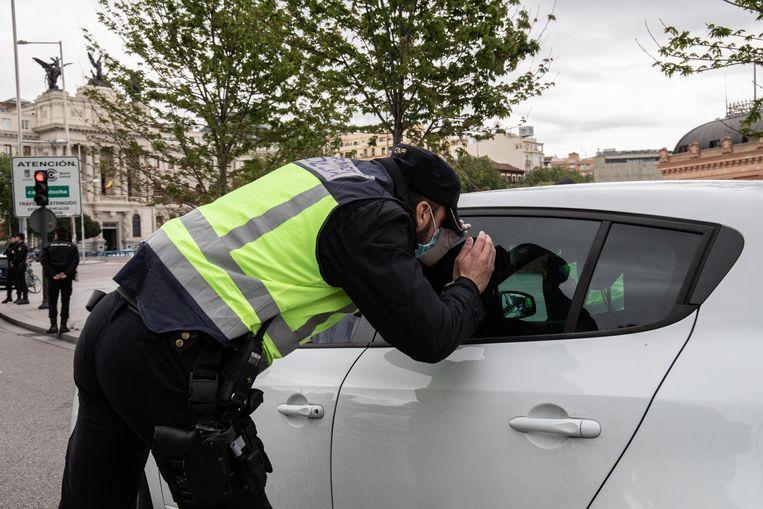 De politie in Madrid is overal, om te controleren of niemand de straat op gaat zonder geldige reden. Beeld Cesar Dezfuli