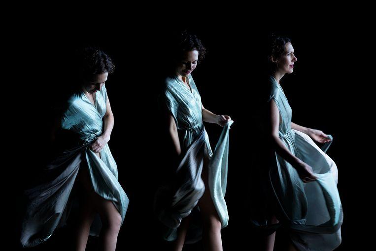 Annemarie Den Dekker. Directeur Muiderslot. Kunst- en kostuumhistoricus. Draagt: Iris van Herpen.  'Het was een prachtige ervaring te worden geportretteerd in Carla's atelier, dat vol hangt met historische en hedendaagse ontwerpen en kunst. De jurk van Iris van Herpen was een rake keus; Van Herpen combineert traditionele en radicale materialen en stofconstructies en is een van de meest vooruitstrevende modeontwerpers die er zijn.' Beeld Carla van de Puttelaar