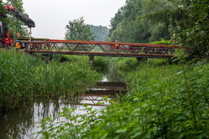 De nieuwe brug over het riviertje de Reusel werd vrijdag gelegd.
