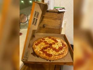 Un couple commande une pizza et découvre une croix gammée dessinée avec du salami