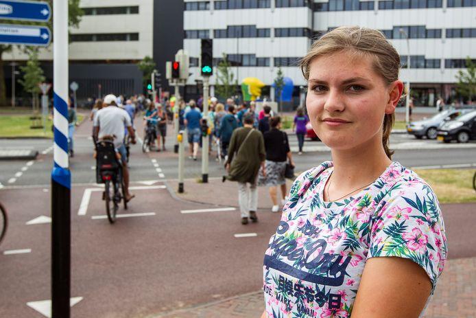 De 15-jarige Madelief Groot kreeg de wind van voren als vrijwilliger bij Deventer op Stelten. Fietsers en brommerrijders vielen haar verbaal aan omdat ze hen wees op verkeersregels.