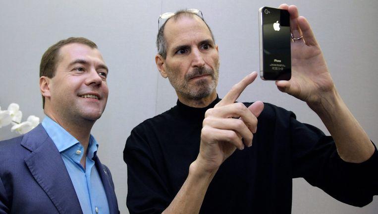 Wijlen Steve Jobs (1955-2011) stelde in 2010 de Iphone4 voor aan toenmalig Russisch president Dmitry Medvedev.