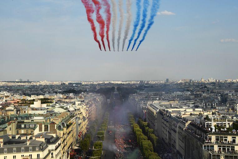 Feest op de Champs Élysées nadat de nieuwbakken wereldkampioenen zijn teruggekeerd uit Rusland Beeld AFP