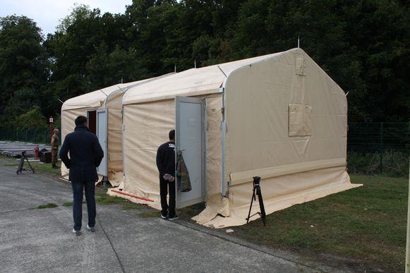 """Ook in 2015, toen de vluchtelingencrisis woedde, werden tenten gebruikt om het opvangprobleem aan te pakken. Ook nu is het """"een tijdelijke oplossing"""", klinkt het."""