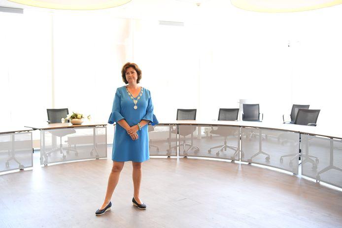 RAAMSDONKSVEER Burgemeester Marian Witte in de raadszaal.