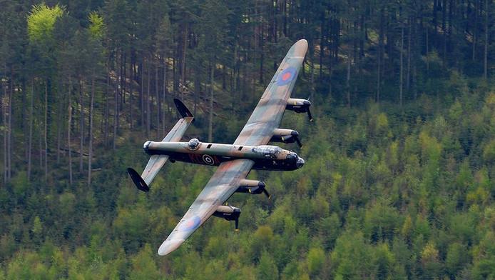 Een Lancaster bommenwerper boven Derbyshire, Groot-Brittannië.