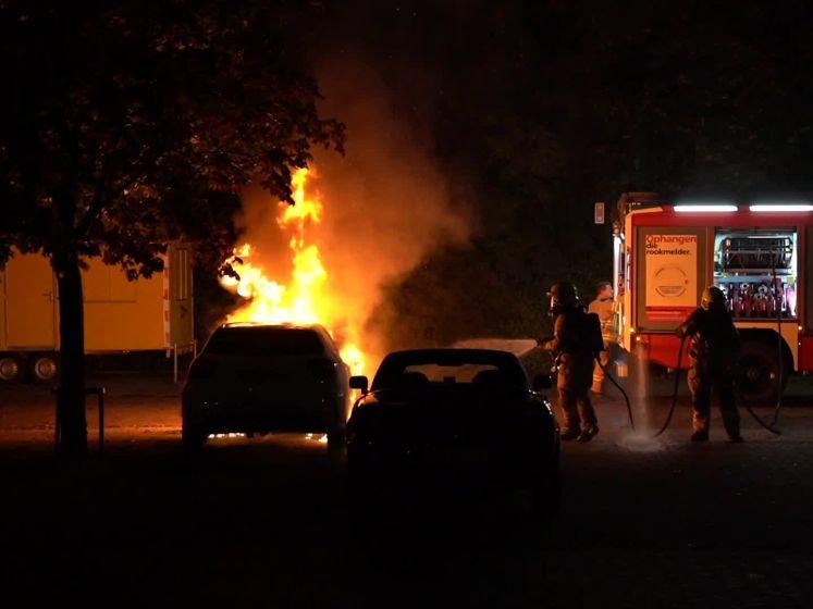 Auto brandt volledig uit op parkeerplaats bij zwembad Zevenaar