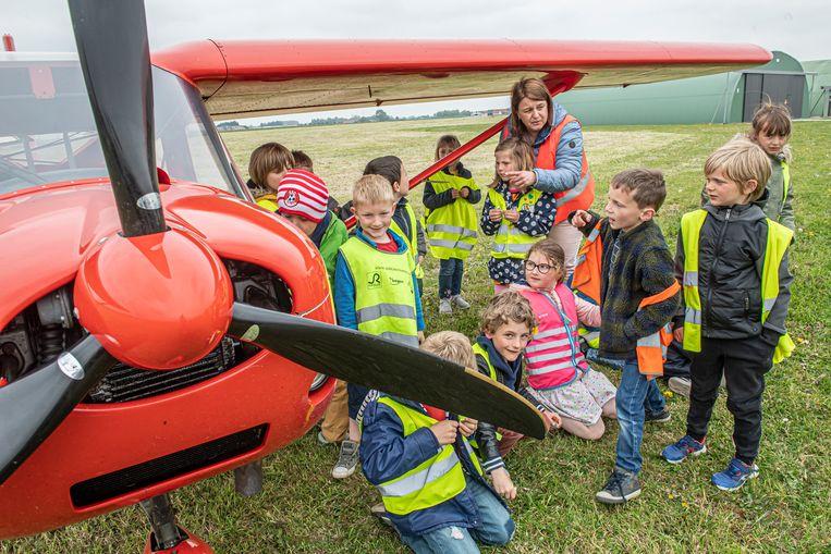 De kinderen vonden het super om een ultralicht vliegtuigje van dichtbij te ontdekken.