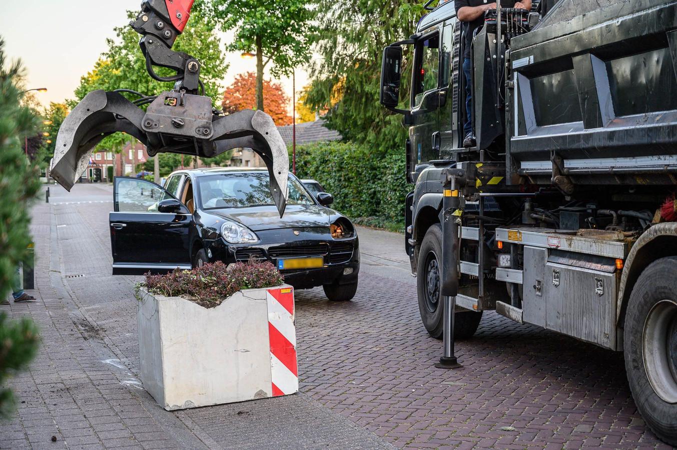 Auto botst tegen betonnen bloembak in Zundert