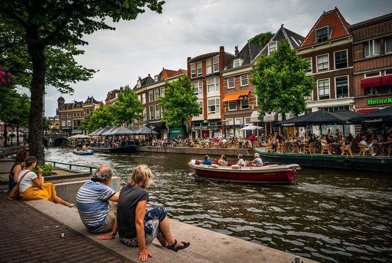 Aan de Nieuwe Rijn in Leiden is het vrijdagavond een drukte vanjewelste en zitten de terrassen vol.  Beeld Freek van den Bergh