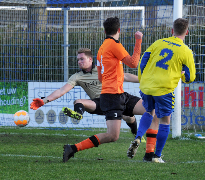 Sander Versendaal schiet vlak voor tijd de 3-0 achter Terneuzense Boys-doelman Dennis Rijnberg.