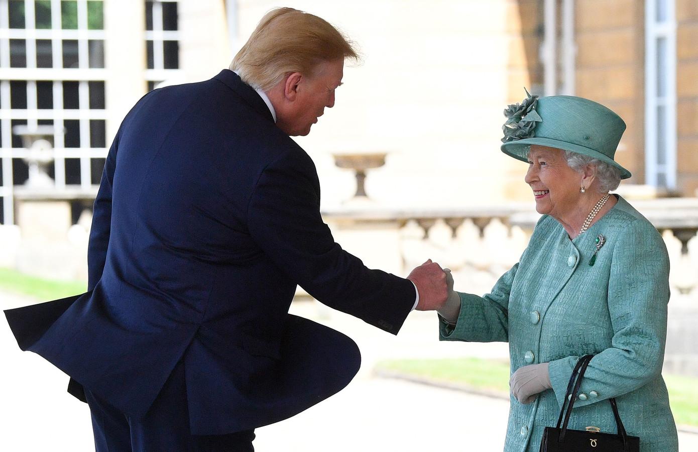 Schudde president Trump de koningin op geheel eigen wijze de hand, of was de Queen de Trumpshake te snel af?