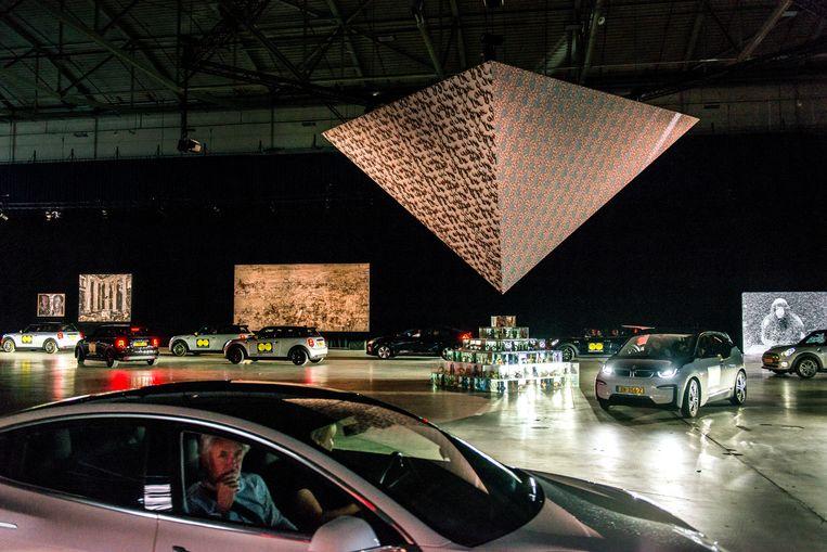Met de koplampen kunnen de bezoekers zelf ook de kunst uitlichten. Beeld Eva Faché
