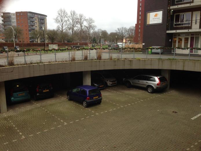 De parkeerkelder bij de Zonnebaars. In 2015 liep deze al eens vol met water. De schade was toen enorm. Nu blijkt ook constructie van de toegangsweg mogelijk niet op orde. De weg is deels afgesloten.