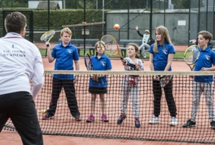 Trainer Ivo Coertjens geeft de jonge pupillen van tennisvereniging De IJpelaar hun woensdagmiddagtraining.