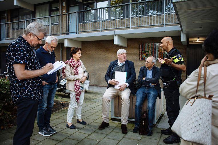 De zitting van een cliënt bij haar flatwoning op straat Beeld Marc Driessen