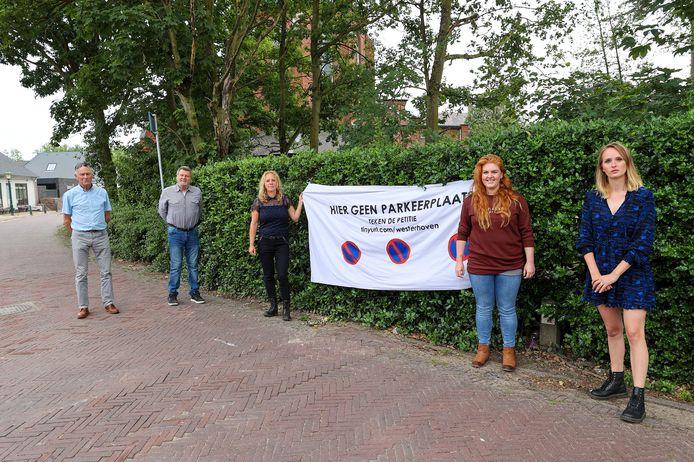 Inwoners van Westerhoven waren tegen de aanleg van een parkeerplaats achter de kerk. Zij startten een petitie om het groen te behouden.