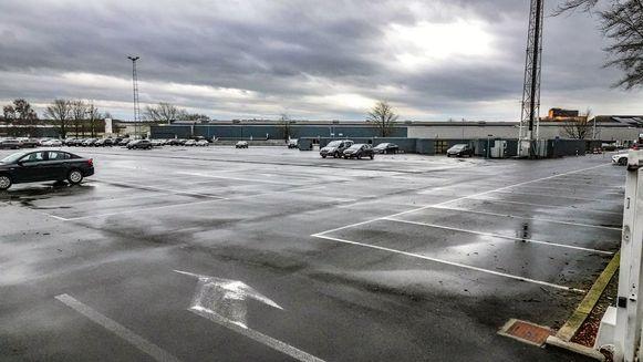Een quasi lege parking bij Picanol in Ieper vandaag.