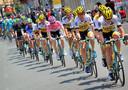Tjallingii (derde van rechts) in de trein van Lotto-Jumbo voor rozetruidrager Kruijswijk in de Giro 2016.