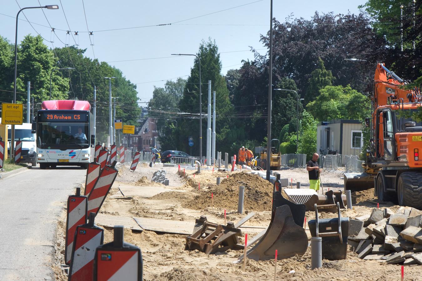 De Arnhemsestraatweg woensdagmiddag. De trolley naar Arnhem wurmt zich over de smalle rijbaan die langs de werkzaamheden voert.