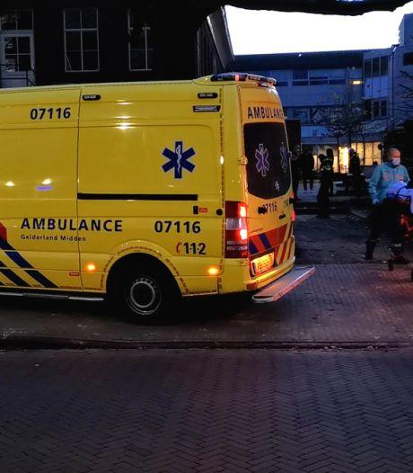 Verwarde man klimt op dak politiebureau Ede, schreeuwt in onbekende taal en raakt gewond bij megasprong