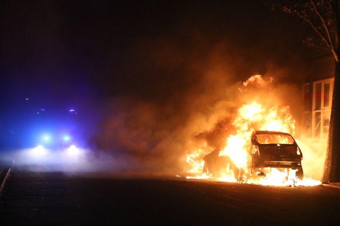 Op de Orionstraat in Den Haag zijn in de nacht van zaterdag op zondag twee geparkeerde auto's in vlammen opgegaan.