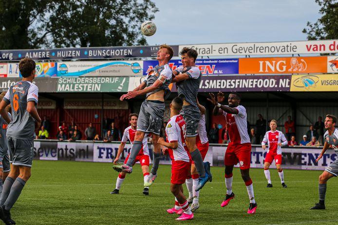 Actiemoment bij IJsselmeervogels - Jong FC Volendam afgelopen zaterdag.