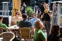 Alles in één beeld: het eerste biertje dat uitgeserveerd werd bij eetcafé de Sjampetter. Op de achtergrond de flessen met desinfectiemiddel.