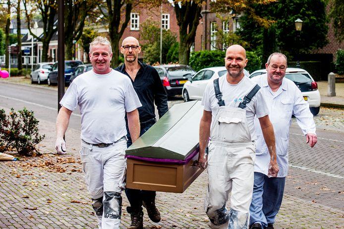 Vier man droegen de doodskist van Assisië naar cafetaria 't Haantje in Udenhout. Voorop gingen de stukadoors Peter van der Stokker en Dennis van Roosmalen. Kunstenaar Zeus Hoenderop en frietboer Jan Haen sloten aan.