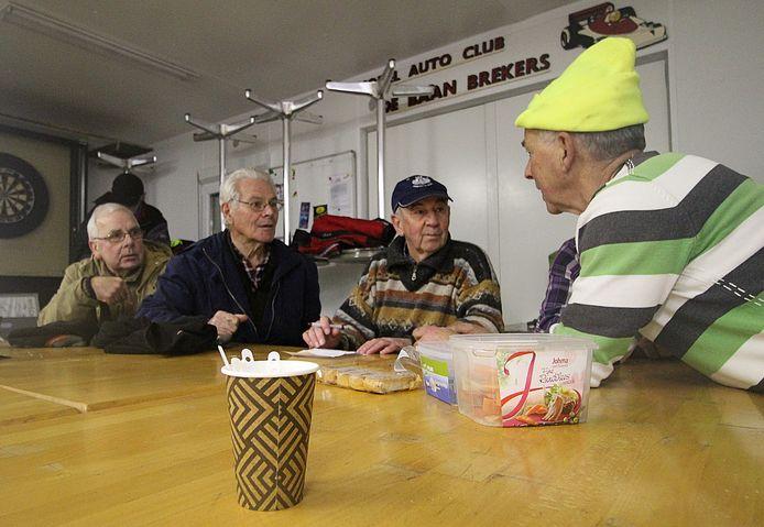 De vrijwilligersploeg aan de koffie, met links Jos van Ginneken (lichte jas) en Wout Siemons.