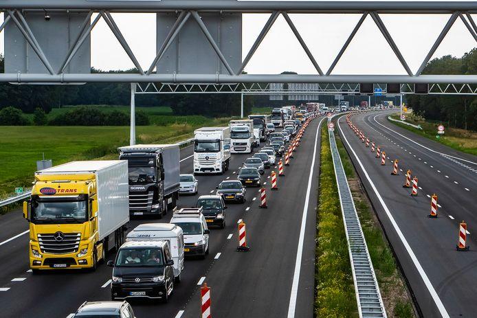 Ter illustratie:  file op de A1 bij Deventer.