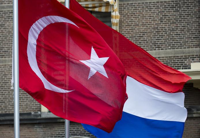 Turkse en Nederlandse vlag. Ter illustratie.