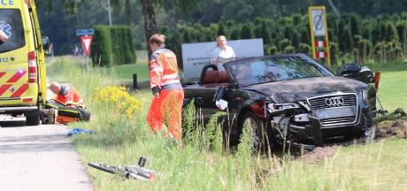 Auto schiet over fietspad, fietser zwaargewond