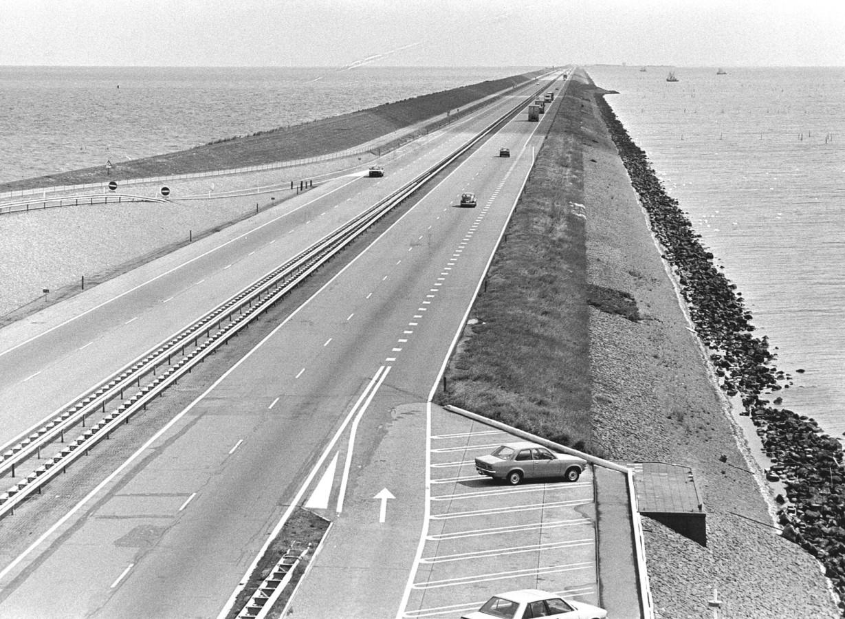 De Afsluitdijk in 1983.