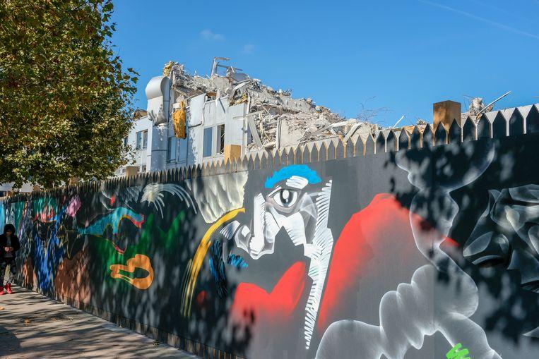 Monumentaal kunstwerk op de omheining rond de bouwwerf van het project Quatuor.