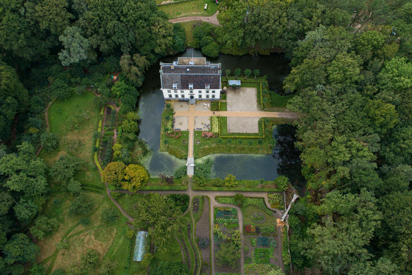 Landgoed De Oldenhof met op de voorgrond het tuinencomplex.