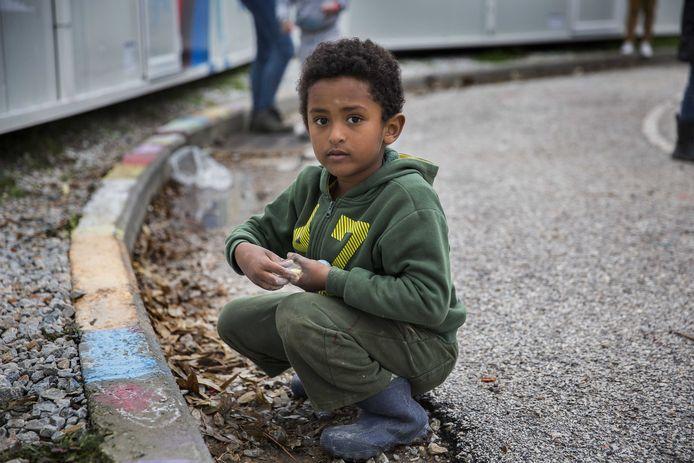 Kinderen aan het spelen in het vluchtelingenkamp Kara Tepe op het Griekse eiland Lesbos.