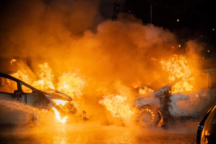 Zes auto's vatten vlam.