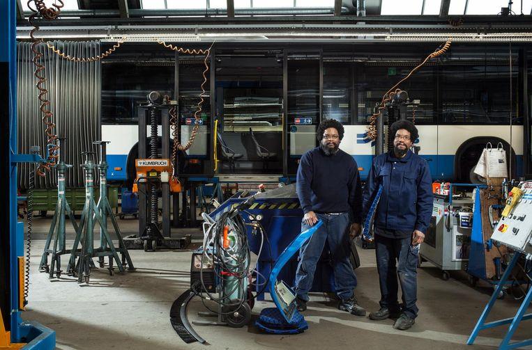 Tweelingbroers Ron (rechts) en Mark Jong (44) Beeld Friso Keuris