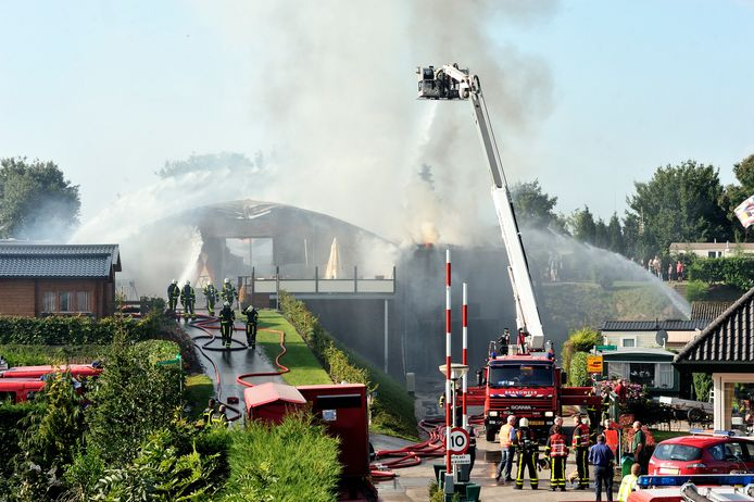 Een brand in Willemstad wordt geblust. Burgemeester Jac Klijs wil dat er snel een nieuwe kazerne komt. Uitstel is in zijn ogen onbespreekbaar.