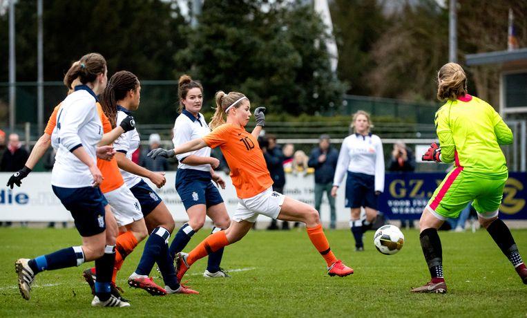 Anouk Hoogendijk maakt de 3-1 tijdens de traditionele nieuwjaarswedstrijd van Royal Haarlem All-Stars en de ex-Oranje Leeuwinnen.  Beeld ANP