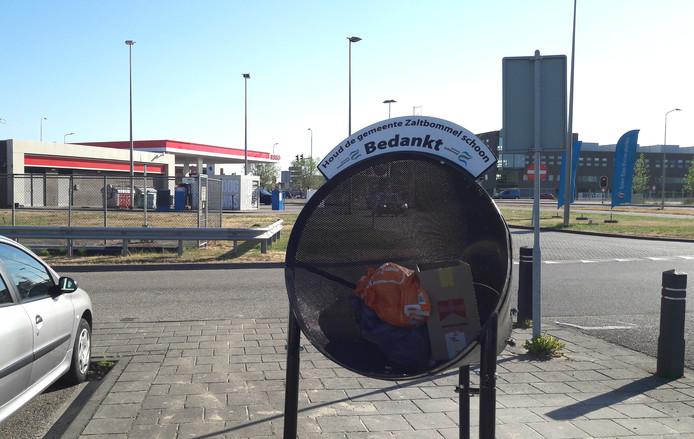 De carpoolplaats achter het Esso-tankstation aan de Steenweg in Zaltbommel levert een hoeveelheid afval op waar je u tegen zegt.