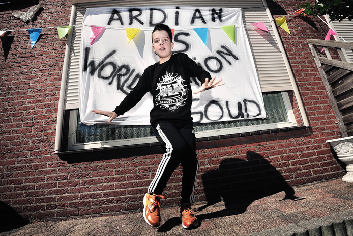 Ardian Shaqiri is in Glasgow wereldkampioen free-style dansen geworden.