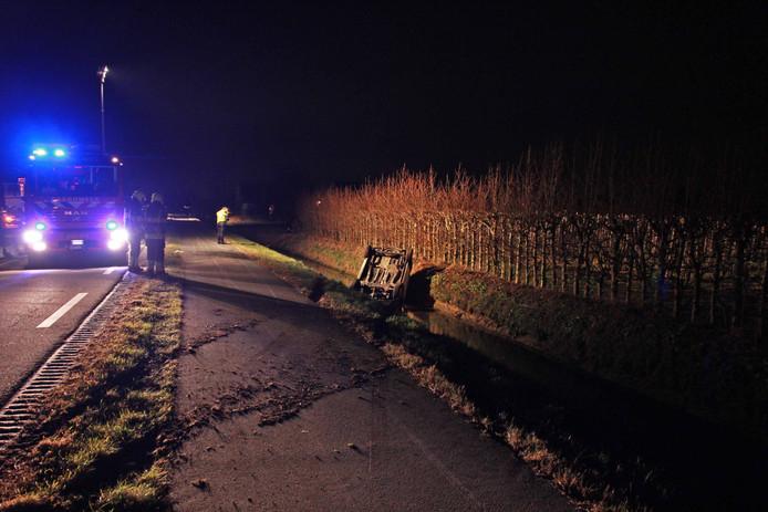 Op de Van Heemstraweg bij Dreumel is woensdagavond een auto in de sloot beland.