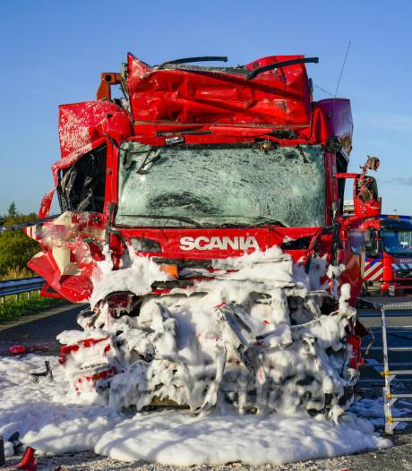 Vrachtwagenchauffeur (58) overleden na ongeval op A59 in Brabant, snelweg dicht tot 18.00 uur